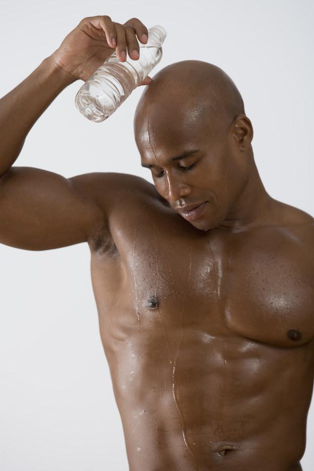 testa rasata acqua