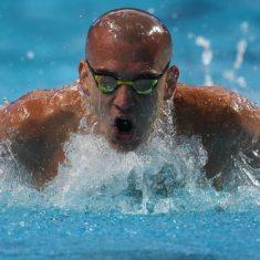 nuotatore con testa rasata